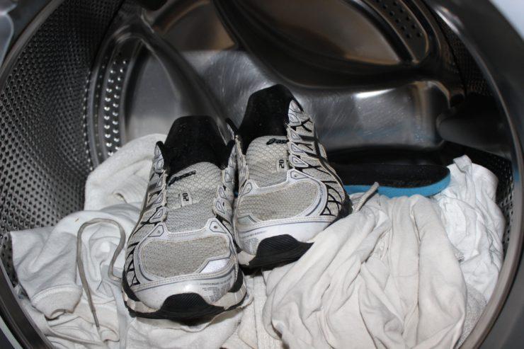 e0a2850ac В связи с этим возникает вопрос, как стирать кроссовки. Если делать это  неправильно, обувь может деформироваться и утратить первоначальную яркость  цветов.
