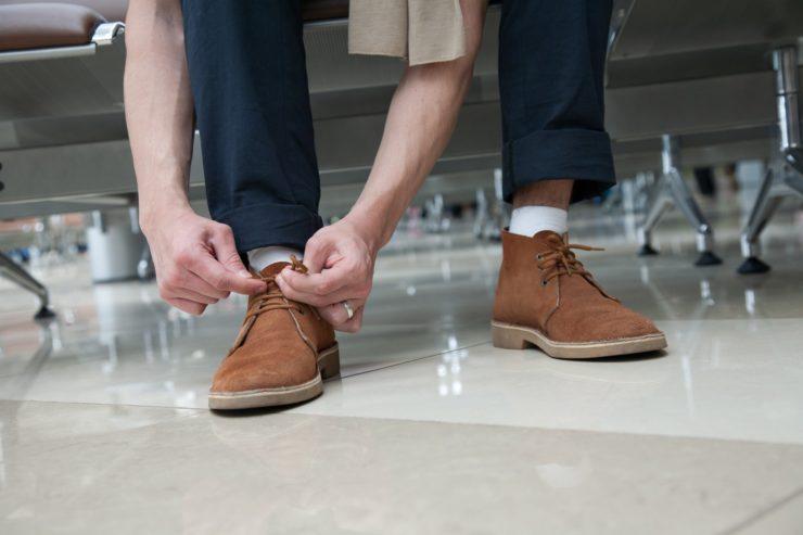 Как почистить белую кожаную обувь в домашних