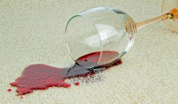 Как вывести с одежды пятно от красного вина доступные методики