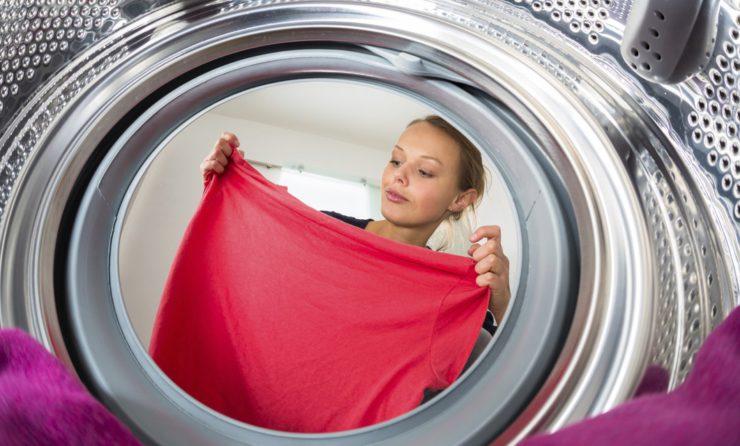 Как вывести полинявшие пятна с белой и цветной одежды