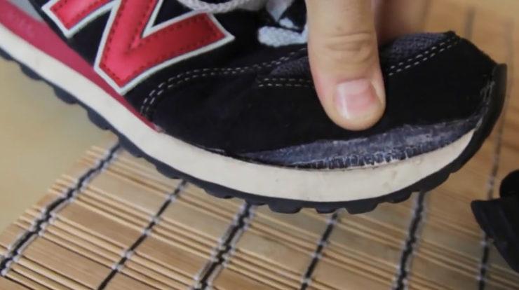 ed017ec48 Не рекомендуется самостоятельно стирать кожаные, замшевые, нубуковые и  меховые кроссовки. Для очищения обуви из таких материалов лучше  воспользоваться ...